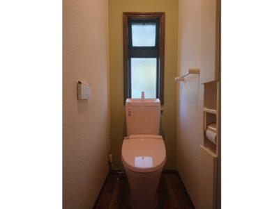 ピンクのトイレが印象的なトイレ